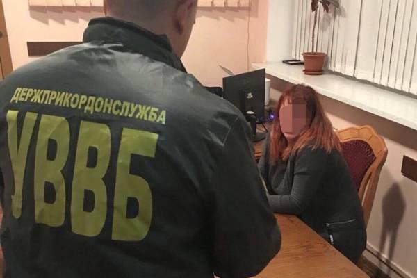 Щоб вивезти дитину за кордон жінка намагалась дати хабар